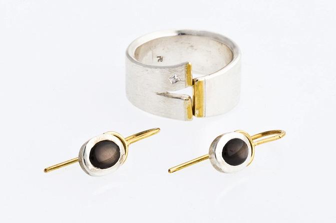 Ring, 925/ Silber, Feingold, Diamant + Ohrhänger, schwarzer Saphir, Silber, 585/ Gold, Foto: Berno Buff
