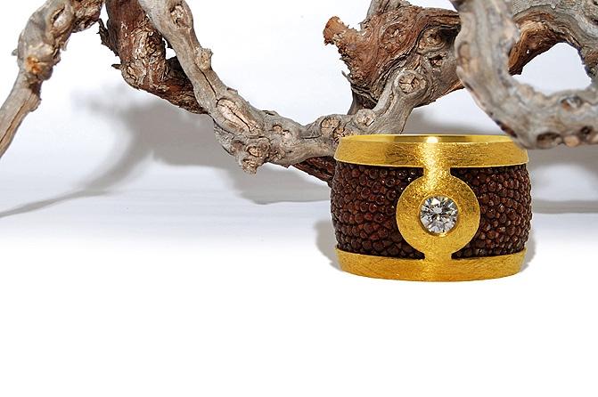 Ring Rochenleder, Brillant, Gold, Foto: Stefan Reinberger