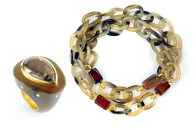 Ring und Kette Horn, Gold, Rauchquarz, Karneol, Foto: Stefan Reinberger