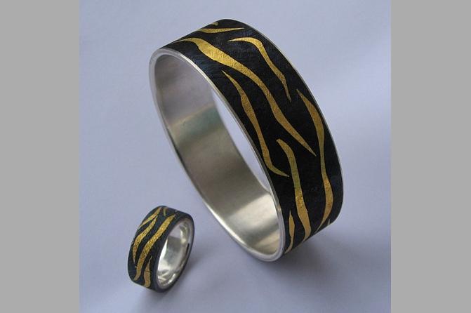 Armreif und Ring in Eisen und Silber 925 mit Feingold tauschiert, Foto: Esther J. Wildi