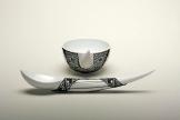 Kaviarlöffel und Teetasse, Hartporzellan, geklöppelte Spitze, Foto: Wolfgang Kassner